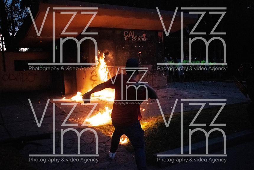 BOGOTA - COLOMBIA, 10-09-2020: Un manifestante trata de incendiar el CAI de Villa Luz durante el segundo día de protestas causadas por el asesinato del abogado Javier Ordoñez, abogado de 46 años, a manos de efectivos de la Policía de Bogotá el pasado miércoles 09 de septiembre de 2020 en el barrio Villa Luz al noroccidente de Bogotá (Colombia). En lo que va corrido del 2020 la alcaldía de Bogotá ha recibido 137 denuncias  de abuso policial de las cuales la Policía acusa recibido de 38.  / Protester tries to set fire to the CAI Villa Luz during the second day of protests caused by the murder of lawyer Javier Ordoñez, a 46-year-old lawyer, at the hands of members of the Bogotá Police on Wednesday, September 9, 2020 in Villa Luz neighborhood in the northwest of Bogotá (Colombia). So far in 2020 the Bogotá mayor's office has received 137 complaints of police abuse of which the Police accuse they have received 38. Photo: VizzorImage / Johan Rugeles / Cont