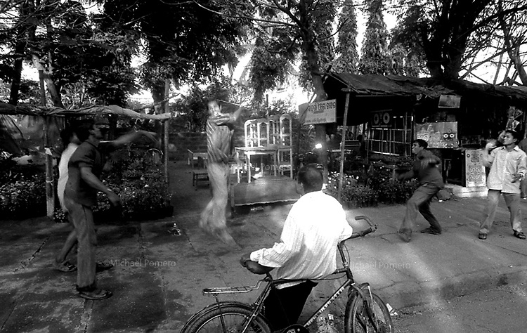 11.2003 Bhubaneswar (Orissa)<br /> <br /> Boys playing with a tennis ball in the main market street.<br /> <br /> Garçons jouant avec une balle de tennis dans la rue du marché principal.