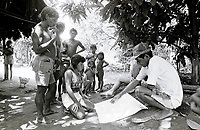 Expedição para demarcação do território Indígena do Rio Negro na região da cabeça do cachorro.<br /> ©Paulo Santos <br /> 1997
