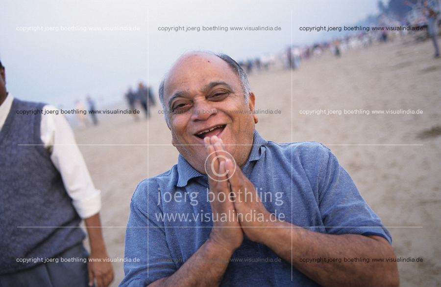 INDIA Mumbai Bombay, people practise laughter yoga in laughter club at Juhu beach / INDIEN Mumbai Bombay, Menschen beim Lachyoga in einem Lachclub am Juhu Beach