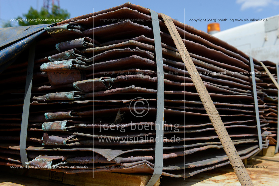 MOZAMBIQUE, Beira corridor, transport of heavy goods like copper plates by trucks between port Beira-Chimoio-Tete-Zimbabwe-copperbelt Zambia / MOSAMBIK, Beira Korridor, Transport von Waren wie Kupferplatten zwischen Hafen Beira-Chimoio-Tete-Simbabwe-Kupferminen in Sambia