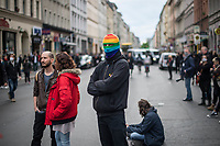 Trotz Corona-Versammlungseinschraenkung gingen am 1. Mai 2020 in Berlin 3.000 Menschen in Berlin-Kreuzberg auf die Strasse. Sie protestierten u.a. fuer die Aufnahme von Gefluechteten aus den ueberfuellten griechischen Fluechtlingslagern und die Unterstuetzung von Automobilkonzernen wegen der Corona-Krise.<br /> 1.5.2020, Berlin<br /> Copyright: Christian-Ditsch.de<br /> [NUR FUER REDAKTIONELLE ZWECKE! Werbung nur auf Anfrage beim Fotografen. Inhaltsveraendernde Manipulation des Fotos nur nach ausdruecklicher Genehmigung des Fotografen. Vereinbarungen ueber Abtretung von Persoenlichkeitsrechten/Model Release der abgebildeten Person/Personen liegen nicht vor. NO MODEL RELEASE! Don't publish without copyright Christian-Ditsch.de, Veroeffentlichung nur mit Fotografennennung, sowie gegen Honorar, MwSt. und Beleg. Konto: I N G - D i B a, IBAN DE58500105175400192269, BIC INGDDEFFXXX, Kontakt: post@christian-ditsch.de<br /> Bei der Bearbeitung der Dateiinformationen darf die Urheberkennzeichnung in den EXIF- und  IPTC-Daten nicht entfernt werden, diese sind in digitalen Medien nach §95c UrhG rechtlich geschuetzt. Der Urhebervermerk wird gemaess §13 UrhG verlangt.]