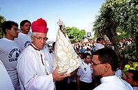 O arcebispo de Belém D. Vicente Zico carrega a imagem de Nossa Senhora de Nazaré para colocar na berlinda e dar início a procissão do Círio.<br />Belém Pará Brasil.<br />08/10/2000<br />©Foto: Paulo Santos/Interfoto<br />Negativo Cor 135 Nº7628 T3 F34a