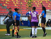 BUCARAMANGA - COLOMBIA, 24-08-2021: Marcela Suarez, arbitra durante partido entre Atletico Bucaramanga y America de Cali de la Fase de Grupos de la fecha 9 por la Liga Femenina BetPlay DIMAYOR 2021 jugado en el estadio Alfonso Lopez en la ciudad de Bucaramanga. / Marcela Suarez, referee during a match between Atletico Bucaramanga and America de Cali of the Group Phase the 9th date for the Women's League BetPlay DIMAYOR 2021 played at the Alfonso Lopez stadium in Bucaramanga city. / Photo: VizzorImage / Jaime Moreno / Cont.
