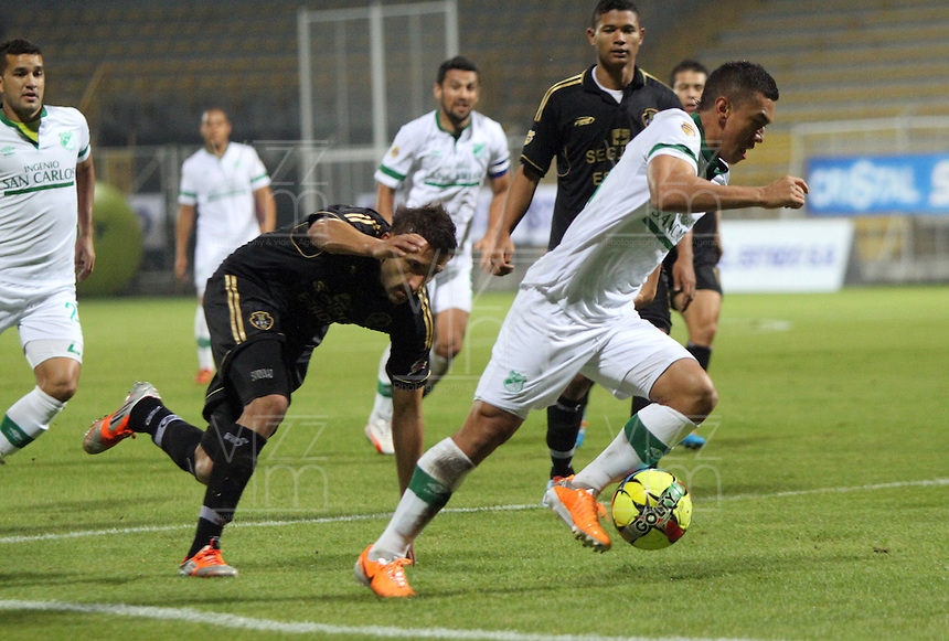 BOGOTA -COLOMBIA. 10-03-2014.  Carlos Lizarazo (Der)  del Deportivo Cali   disputa el balon contra  John Sandoval de Fortaleza F.C.  partido por la decima   fecha de La Liga Postobon 1 disputado en el estadio Metropolitano de Techo . /   Carlos Lizarazo (R) of Deportivo Cali  fights the ball  against  John Sandoval  of Fortaleza F.C.  of  tenth round during the match  of The Postobon one league  at the Metropolitano of Techo Stadium . Photo: VizzorImage/ Felipe Caicedo / Staff