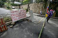 CALI - COLOMBIA, 09-05-2021: Manifestantes bloquean intermitentemente las vías en el sector de La Portada en Cali Colombia donde se congregaron hoy, 09 mayo de 2021, durante el doceavo día de protestas del Paro Nacional convocado por la reforma tributaria y de la salud que adelanta el gobierno de Ivan Duque además de la precaria situación social y económica que vive Colombia. Durante el día se presentaron bloqueos intermitentes y además recibieron el apoyo de la Minga Indígena. El paro fue convocado por sindicatos, organizaciones sociales, estudiantes y la oposición y sumando el día del trabajo lleva 11 días de marchas y protestas. / Protesters intermittently block the roads in the La Portada sector in Cali Colombia where they gathered today, May 9, 2021, during the twelfth day of protests of the National Strike called for the tax and health reform that the government of Ivan Duque is also advancing of the precarious social and economic situation that Colombia is experiencing. During the day there were intermittent blockades and they also received the support of the Indigenous Minga. The strike was called by unions, social organizations, students and the opposition and adding up to Labor Day it has been 11 days of marches and protests. Photos: VizzorImage / Gabriel Aponte / Staff
