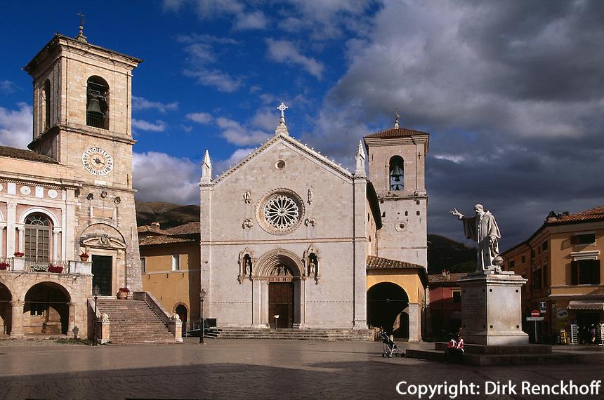 Piazza San Benedetto in Norcia, Denkmal von Benedikt, Geburtsort von Benedikt von Nursia, Gründer des Benediktinerordens, Umbrien, Italien
