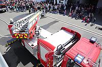 Gross-Gerau 30.04.2017: Feier 50 Jahre Jugenfeuerwehr Groß-Gerau und Übergabe der neuen Drehleiter mit Übung<br /> Rettungsübung der Groß-Gerauer Feuerwehr mit der neuen Drehleiter<br /> Foto: Vollformat/Marc Schüler, Schäfergasse 5, 65428 R'heim, Fon 0151/11654988, Bankverbindung KSKGG BLZ. 50852553 , KTO. 16003352. Alle Honorare zzgl. 7% MwSt.