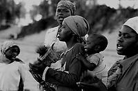 """Originaria dell'Africa del Sud, la """"Chiesa di Zion"""" si è radicata fortemente nel sud del Mozambico dove oggi raccoglie circa 500mila fedeli chiamati Maziones. Religione sincretica che unisce alla liturgia cristiana elementi tipici dell'animismo. .Tutti i sabato , e soprattutto durante il periodo pasquale, sono migliaia i fedeli che a Maputo ( la capitale del Mozambico) si ritrovano sulla spiaggia di Costa do Sol per compiere il rito di purificazione nelle acque dell'oceano indiano, metafora del biblico fiume Giordano..Durante la guerra di iberazione dal colonialismo portoghese, la chiesa Mazione era in contrapposizione con la cattolica, giudicata la religione dei bianchi."""