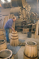 "Europe/France/Normandie/Basse-Normandie/14/Calvados/Saint-Désir-de-Lisieux : Valéry Desfrieches (tonnelier) lors de la chauffe des ""Barilongs"" où vieillissent les calvas artisanaux [Non destiné à un usage publicitaire - Not intended for an advertising use] [Non destiné à un usage publicitaire - Not intended for an advertising use]"