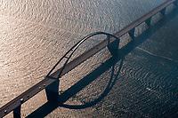 Fehmarnsund Brücke: EUROPA, DEUTSCHLAND, SCHLESWIG- HOLSTEIN, FEHMARN(GERMANY), 09.10.2010: Fehmarnsund Brücke. Die 963 Meter lange kombinierte Strassen- und Eisenbahnbruecke ueberquert den 1300 Meter breiten Fehmarnsund, wobei die restlichen 337 Meter durch Rampen ueberbrueckt werden. Sie hat eine lichte Hoehe von 23 Metern ueber dem Mittelwasser und bietet fuer den Schiffsverkehr einen Durchgang von 240 Metern Breite sowie eine Durchfahrtshoehe von 23 Metern ueber NN. Sie ist eine Stahlkonstruktion mit 21 Metern Breite, von denen sechs Meter von der Deutschen Bahn genutzt werden. Der zirka 268,5 Meter lange Bogen hat eine Stützweite von 248 Metern und ist mit 45 Metern ueber der Fahrbahn hoechster Punkt. - Aufwind-Luftbilder