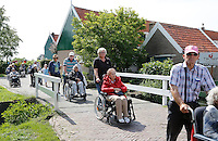 Nederland Marken 2015 06 24. Jaarlijkse Seniorenvierdaagse  georganiseerd door verzorgingshuis de Swaensborgh. Medewerkens van de Swaensborgh, familie en vrijwilligers lopen met senioren 4 dagen een route in en rond Monnickendam