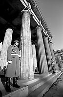 BERLINO EST / DDR / GERMANIA EST / 10 NOVEMBRE 1989.Neue Wache, memoriale a ricordo delle vittime del Fascismo e del militarismo. Pesantemente danneggiato durante la Seconda Guerra Mondiale, l'edificio è stato restaurato durante l'occupazione sovietica e si trova lungo l'Unter den Linden..FOTO LIVIO SENIGALLIESI..EAST BERLIN / DDR / EAST GERMANY / 10 NOVEMBER 1989.Neue wache, Memorial to the Victims of Fascism and Militarism..PHOTO LIVIO SENIGALLIESI
