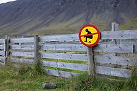 Kacken verboten, Isländer bitten die Touristen Privateigentum zu achten und ihre Notdurft nicht auf den Weiden zu hinterlassen, Verbotsschild, Island, Iceland