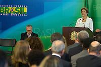 BRASILIA, DF, 02.10.2015 - DILMA-REFORMA -  A presidente Dilma Rousseff, durante declaração sobre a  reforma administrativa do<br /> Governo Federal, nesta sexta-feira, no Palácio do Planalto. A esquerda, o vice-presidente, Michel Temer.(Foto:Ed Ferreira / Brazil Photo Press)