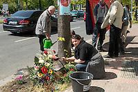 Mahnwache fuer Burak Bektas.<br /> Am Donnerstag den 5. Mai 2016 versammelten sich Angehoerige und Freunde des am 5. April 2012 ermordeten Burak Bektas in Berlin-Neukoelln an der Stelle, an der ein Unbekannter ihn 2012 erschossen hat. Der Unbekannte schoss in der Nacht zum 5. April 2012 fuenfmal wortlos auf eine Gruppe von Jugendlichen. Der 22jaehrige Burak Bektas erlag noch am Tatort seinen Verletzungen, zwei seiner Freunde wurden lebensgefaehrlich verletzt.<br /> Die Familie von Burak und Freunde forderten nach ueber zwei Jahren angeblich erfolgloser Ermittlungen der Berliner Polizei Aufklaerung ueber die Ermittlungsarbeit und etliche Ungereimtheiten bei den Ermittlungen.<br /> Im Bild: Melek Bektas, die Mutter von Burak.<br /> 5.5.2016, Berlin<br /> Copyright: Christian-Ditsch.de<br /> [Inhaltsveraendernde Manipulation des Fotos nur nach ausdruecklicher Genehmigung des Fotografen. Vereinbarungen ueber Abtretung von Persoenlichkeitsrechten/Model Release der abgebildeten Person/Personen liegen nicht vor. NO MODEL RELEASE! Nur fuer Redaktionelle Zwecke. Don't publish without copyright Christian-Ditsch.de, Veroeffentlichung nur mit Fotografennennung, sowie gegen Honorar, MwSt. und Beleg. Konto: I N G - D i B a, IBAN DE58500105175400192269, BIC INGDDEFFXXX, Kontakt: post@christian-ditsch.de<br /> Bei der Bearbeitung der Dateiinformationen darf die Urheberkennzeichnung in den EXIF- und  IPTC-Daten nicht entfernt werden, diese sind in digitalen Medien nach §95c UrhG rechtlich geschuetzt. Der Urhebervermerk wird gemaess §13 UrhG verlangt.]