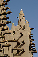 MALI Mopti , The Grand Mosque, an earthen structure built in the traditional Sudanese style between 1936 and 1943, is commonly called the Mosque of Komoguel. rebuild by Aga Khan Foundation, UNESCO world heritage /Grosse Moschee aus Lehm ist UNESCO Weltkulturerbe