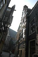 """AMSTERDAM-HOLANDA. Al final de la calle está Oude Kerk el más antiguo edificio e iglesia de Amsterdam consagrada en 1306./  At the end of the street The Oude Kerk (""""old church"""") is Amsterdam's oldest building and oldest parish church, consecrated in 1306. Photo: VizzorImage /STR"""