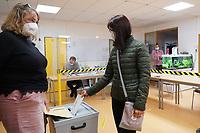 Tanja Walle vom Wahlvorstand überwacht die Stimmabgabe - Groß-Gerau 26.09.2021: Bundestagswahl 2021