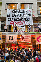 "UNGARN, 04.09.2020, Budapest VIII. Bezirk. Im Zeichen des konservativ-autoritaeren Kulturkampfes uebernehmen regierungsnahe Kreise die Theater- und Filmhochschule SzFE. Die Studenten reagieren am 31.08 mit der Besetzung und der Blockade des Gebaeudes. -Solidaritaetsdemonstration. Grosses Transparent: ""Wir stehen fuer die Freiheit unserer Universitaet ein"" 