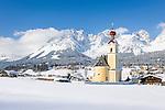 Austria, Tyrol, ski resort Going and Wilder Kaiser Mountains | Oesterreich, Tirol, Going am Wilden Kaiser mit Dorfkirche zum heiligen Kreuz und dem Wilden Kaiser Gebirge