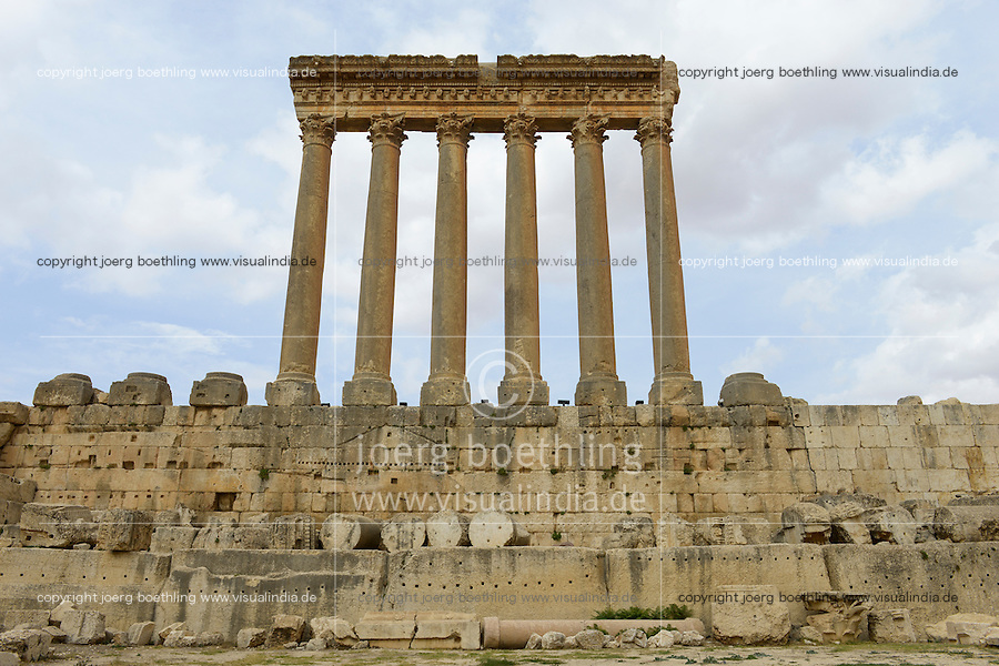LEBANON Baalbek in Beqaa valley, UNESCO world heritage romanian temple site Baalbek Heliopolis, six pillar of Jupiter temple  / LIBANON Baalbek in der Bekaa Ebene, Altertum und UNESCO Welterbe roemische Tempelanlage Baalbek/Heliopolis, sechs Saeulen des Jupiter Tempel