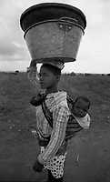Chimoio / Beira / Mozambico 1993.Daily life, woman and child living in a village..Photo Livio Senigalliesi