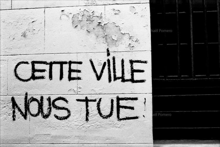 """Graffiti sur un mur de St Michel """"cette ville nous tue"""".<br /> <br /> Graffiti on a wall in St Michel <br /> """"this city is killing us""""."""