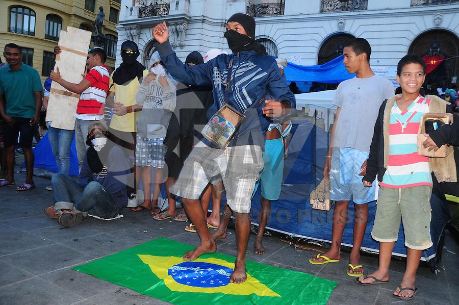 RIO DE JANEIRO,RJ,1508.2013: MANIFESTANTES PERMANECEM NA AVENIDA RIO BRANCO- Manifestantes continuam ocupando a Avenida Rio Branco no Centro do Rio. As escadarias da Câmara Municipal permanecem ocupadas por vários grupos de manifestantes, que protestam contra o governador Sergio Cabral, representantes que defendem os animais e contra a Cpi da máfia dos ônibus. SANDROVOX/BRAZILPHOTOPRESS