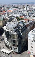 Haas-Haus am Stephansplatz erbaut 1989 von Hans Hollein, Wien, Österreich<br /> Haas house at Stephansplatz built 1889 by Hans Hollein, Vienna, Austria