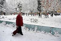 Nevicata a Roma.Snowfall in Rome.Targa per vittime del bombardamento di San Lorenzo.Plaque for victims of the bombing of San Lorenzo.Parco dei Caduti del 19 luglio 1943.