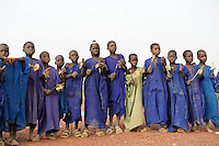 MALI Mopti, muslimische Kinder mit Holzrasseln sammeln Geld fuer den Bau einer Moschee, die Kinder gehoeren der Ethnie der Peulh an  / MALI Mopti, muslim children of ethnie Peulh or Fulbe collect money for mosque building