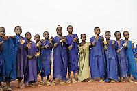 MALI Mopti, muslimische Kinder mit Holzrasseln sammeln Geld fuer den Bau einer Moschee, die Kinder gehoeren der Ethnie der Peulh an  / MALI Mopti, muslim children of ethnie Peulh or Fulbe collect money for mosque building