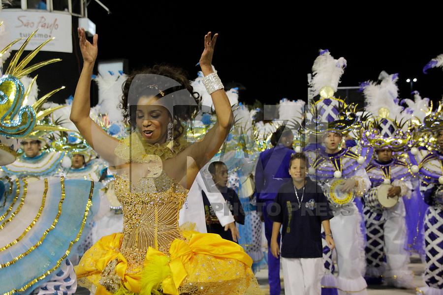 SÃO PAULO, SP, 07 DE MARÇO DE 2011 - CARNAVAL 2011 /IMPERADOR DO IPIRANGA - A apresentadora Adriana Lessa integrante da Iperador do Ipiranga durante  desfile da escola no Grupo de acesso de São Paulo, no Sambódromo do Anhembi, zona norte da capital paulista, na madrugada desta segunda. (07). (FOTO:ALE VIANNA / NEWS FREE)