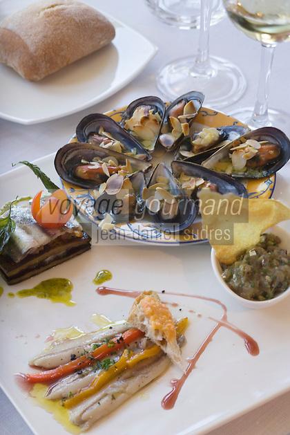 Europe/France/Languedoc-Roussillon/66/Pyrénées-Orientales/Banyuls-sur-mer: Assiettte  catalane autour de l'anchois de Collioure,moules aux amandes  au restaurant Al Fanal