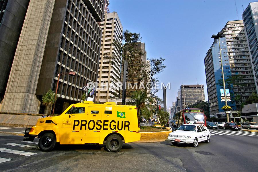 Carro forte. Transporte de valores na Avenida Paulista, São Paulo. 2004. Foto de Juca Martins.