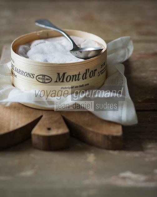 Europe, France, Franche-Comté, 25, Doubs, Ville-du-Pont : AOP Mont d'Or, fromage au lait cru, appelé aussi Vacherin du Haut Doubs,   - Stylisme : Valérie LHOMME // Europe, France, Franche-Comté, Doubs, Ville-du-Pont:  Vacherin is a cow's milk cheese also called  called Mont d'Or, or Vacherin du Haut-Doubs - Stylisme : Valérie LHOMME