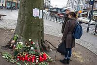 1. im Strassenverkehr getoetete Radfahrerin in 2018.<br /> Am Dienstag den 23. Januar 2018 wurde auf dem Kaiser-Wilhelm-Platz in Berlin-Schoeneberg eine 52-jaehrige Frau von einem rechts abbiegenden Lastwagen ueberfahren. Sie starb noch an der Unfallstelle.<br /> Im Bild: An der Kreuzung wurden Blumen und Kerzen niedergelegt, Menschen nehmen Anteil.<br /> 24.1.2018, Berlin<br /> Copyright: Christian-Ditsch.de<br /> [Inhaltsveraendernde Manipulation des Fotos nur nach ausdruecklicher Genehmigung des Fotografen. Vereinbarungen ueber Abtretung von Persoenlichkeitsrechten/Model Release der abgebildeten Person/Personen liegen nicht vor. NO MODEL RELEASE! Nur fuer Redaktionelle Zwecke. Don't publish without copyright Christian-Ditsch.de, Veroeffentlichung nur mit Fotografennennung, sowie gegen Honorar, MwSt. und Beleg. Konto: I N G - D i B a, IBAN DE58500105175400192269, BIC INGDDEFFXXX, Kontakt: post@christian-ditsch.de<br /> Bei der Bearbeitung der Dateiinformationen darf die Urheberkennzeichnung in den EXIF- und  IPTC-Daten nicht entfernt werden, diese sind in digitalen Medien nach §95c UrhG rechtlich geschuetzt. Der Urhebervermerk wird gemaess §13 UrhG verlangt.]