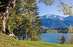 Germany, Bavaria, Upper Bavaria, Werdenfelser Land, Kruen: autumn scenery at lake Barmsee with Karwendel mountains   Deutschland, Bayern, Oberbayern, Werdenfelser Land, Kruen: Herbststimmung am Barmsee vorm Karwendelgebirge