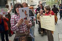 """Protest gegen einen Auftritt der Cubanischen Bloggerin Yoani Sanchez im Instituto Cervantes in Berlin.<br />Die Cubanische Bloggerin Yoani Sanchez redete auf Einladung der Jounalistenorganisation Reporter ohne Grenzen und der Tageszeitung """"taz"""" am Mittwoch den 8. Mai 2013 im Instituto Cervantes. Gegen diesen Auftritt protestierten vor dem Gebaeude Mitglieder verschiedener kommunistischer Organisationen aus Lateinamerika und Deutschland.<br />Im Bild: Eine Karrikatur stellt Yoani Sanches als Aufziehpuppe der USA dar.<br />8.5.2013, Berlin<br />Copyright: Christian-Ditsch.de<br />[Inhaltsveraendernde Manipulation des Fotos nur nach ausdruecklicher Genehmigung des Fotografen. Vereinbarungen ueber Abtretung von Persoenlichkeitsrechten/Model Release der abgebildeten Person/Personen liegen nicht vor. NO MODEL RELEASE! Don't publish without copyright Christian-Ditsch.de, Veroeffentlichung nur mit Fotografennennung, sowie gegen Honorar, MwSt. und Beleg. Konto:, I N G - D i B a, IBAN DE58500105175400192269, BIC INGDDEFFXXX, Kontakt: post@christian-ditsch.de<br />Urhebervermerk wird gemaess Paragraph 13 UHG verlangt.]"""