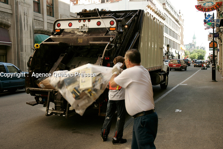 Garbage collection in Old-Montreal<br /> photo : Roussel  - Images Distribution