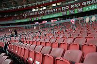 PORTO ALEGRE, RS, 24.04.2021 - INTERNACIONAL - ESPORTIVO – O público ausente, apenas profissionais da Imprensa, de clubes  e da federação gaúcha, durante Bandeira Preta no Estado, devido a Pandemia de Coronavírus, na partida entre Internacional e Esportivo, pela 11. rodada do Campeonato Gaúcho 2021, no estádio Beira Rio, em Porto Alegre, neste sábado (24).