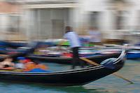 Italie, Vénétie, Venise:  Gondoliers sur le Grand Canal   // Italy, Veneto, Venice: