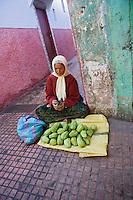 Afrique/Afrique du Nord/Maroc/Rabat: dans la médina femme vendant des légumes