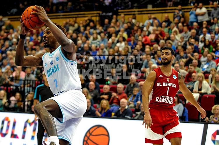 GRONINGEN - FIBA Basketbal-bubbel. finale, Donar - Lisboa Benfica seizoen 2021-2022, 01-10-2021, Donar speler Donte Ingram en Benfica speler Aaron Broussard