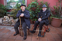 """I gemelli Egidio e Paris Cellini compiono cento anni. Roma 19 gennaio 2020<br /> <br /> Un secolo insieme per Egidio e Paris Cellini, due gemelli centenari che hanno spento le candeline. Una vita l'uno a fianco all'altro, nati il 15 gennaio del lontano 1920. Per festeggiarli la loro famiglia non ha preparato una, ma ben due torte, su ognuna di queste troneggia il numero '100'. Per la grande occasione, figli e nipoti hanno programmato  una super festa domenica a Palestrina, alla quale si aggiungeranno amici e parenti e che conta oltre cento invitati. Una grande festa per celebrare l'evento rarissimo tra circondanti dal calore di figli, nipoti e pronipoti e dall'affetto delle persone che gli vogliono bene. Il tutto unito a pietanze amate dai due gemelli, come tagliatelle al sugo, polenta con le aringhe, baccalà e frittelle con le mele.<br /> <br /> Gemelli centenari<br /> Egidio e Paris sono nati a Morolo, in provincia di Frosinone e oggi abitano a Roma. Provengono da una famiglia umile e da ragazzi sono stati arruolati nella Secondo Conflitto Mondiale, Egidio come bersagliere e Paris come Fante, vivendo sulla loro pelle gli orrori della guerra e uscendone vivi. Al termine sono tornati in Italia, il primo è diventato un muratore, il secondo una guardia carceraria e insieme al lavoro si sono creati una propria famiglia. Egidio ha due femmine e un maschio, Paris tre femmine. Hanno svelato il segreto della loro longevità: """"Cibo accompagnato da un bicchiere di vino e una mente"""