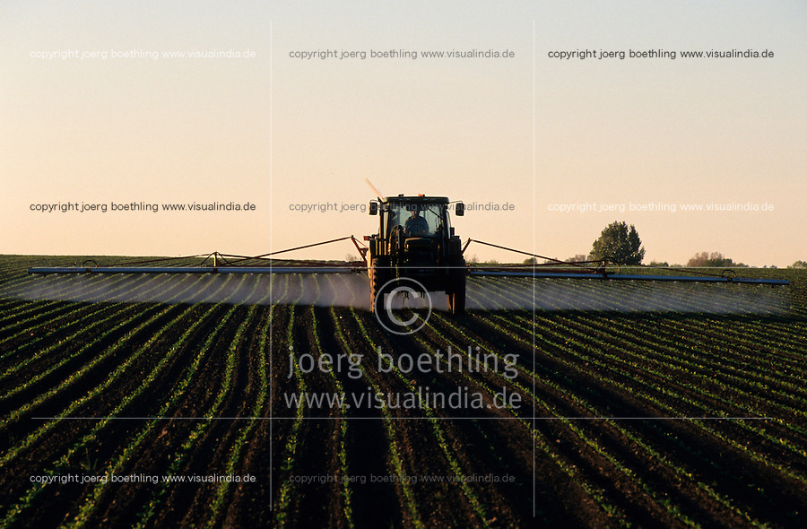 GERMANY, pesticides and herbicides application in field / DEUTSCHLAND, Schaedlingsbekaempfung mit John Deere Traktor auf einem Acker mit Getreide
