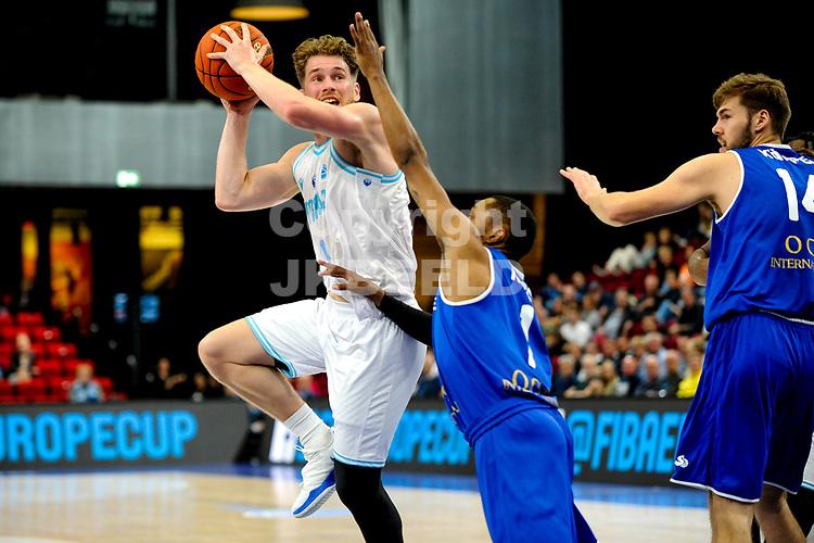 GRONINGEN - FIBA Basketbal-bubbel. Donar - Allianz Swans Gmunden seizoen 2021-2022, 29-09-2021,  Donar speler Austin Luke  met Gmunden speler Kahron Ross