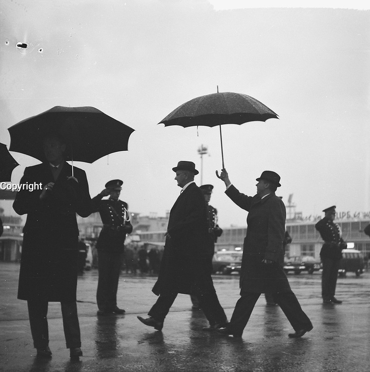 US vice president<br /> Lyndon B. Johnson on his way to the plane before<br /> departure from Schiphol to America, November 8, 1963<br /> <br /> Photographer Nijs, Jac. de / Anefo