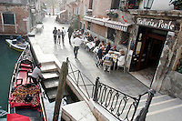 Tavoli all'aperto all'esterno della trattoria Al Ponte del Megio, a Venezia.<br /> Outdoor tables at the trattoria Al Ponte del Megio in Venice.<br /> UPDATE IMAGES PRESS/Riccardo De Luca